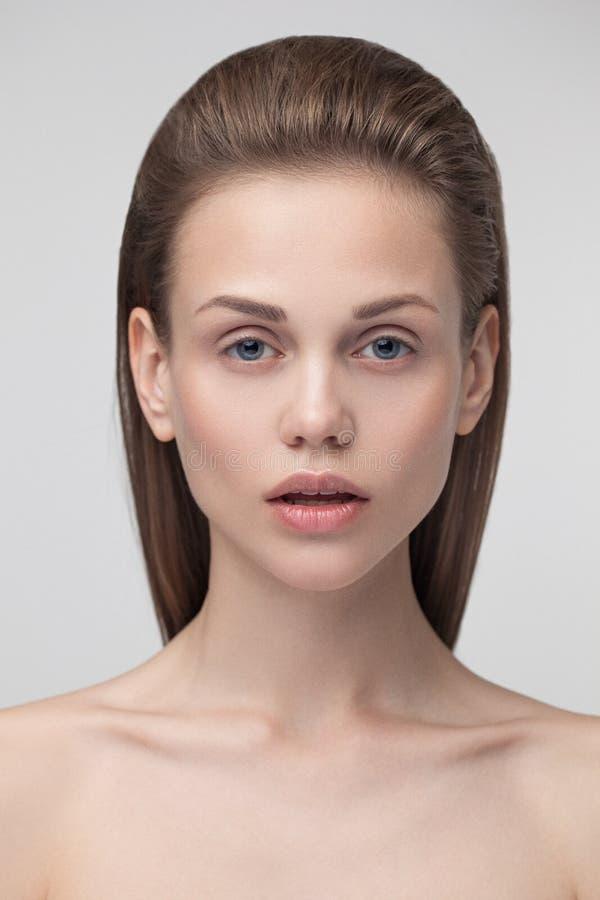 Het jonge mooie vrouw model bekijken camera royalty-vrije stock afbeelding