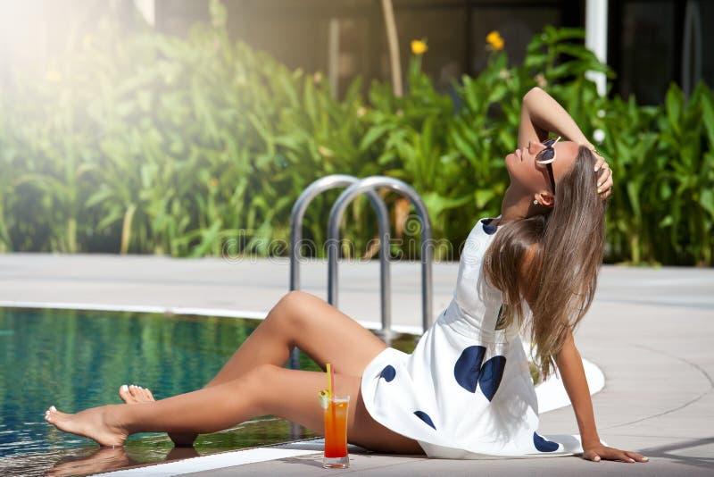 Het jonge mooie vrouw ontspannen stock fotografie