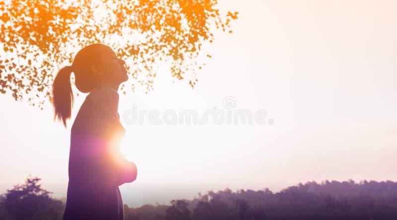 Het jonge mooie vrouw ontspannen in de hemel van de de zomerzonsondergang stock fotografie