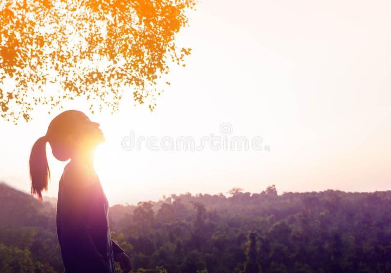 Het jonge mooie vrouw ontspannen in de hemel van de de zomerzonsopgang stock afbeeldingen