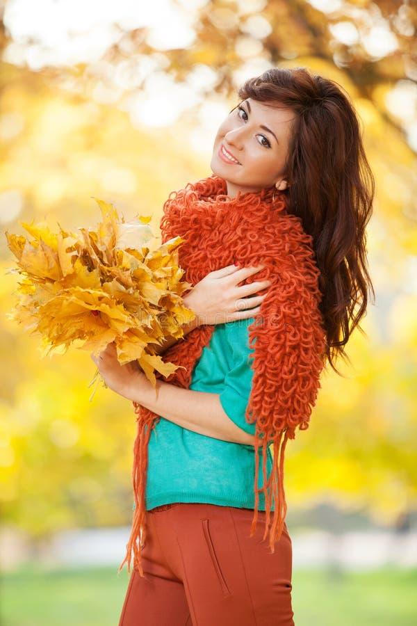 Het jonge mooie vrouw ontspannen in het de herfstpark royalty-vrije stock foto