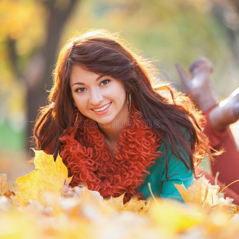 Het jonge mooie vrouw ontspannen in het de herfstpark royalty-vrije stock foto's