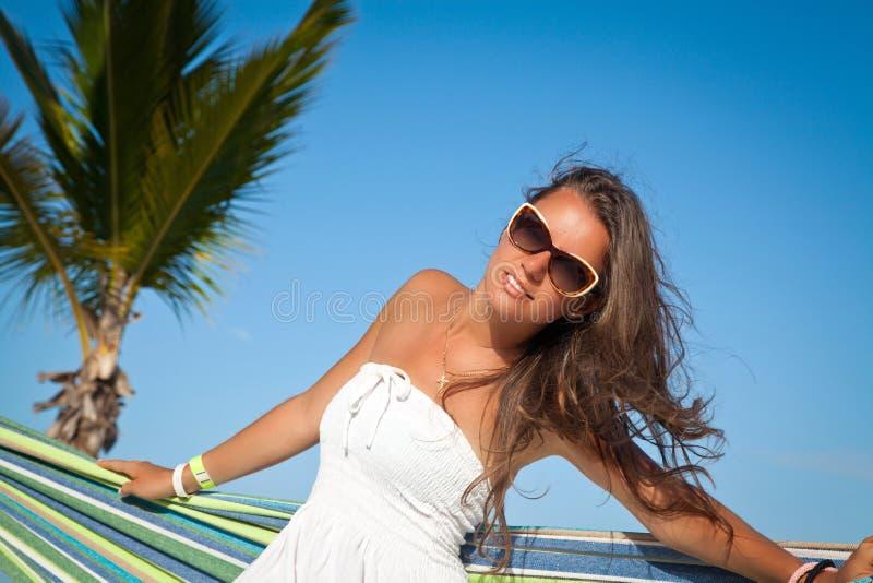 Het jonge mooie vrouw ontspannen op de hangmat stock fotografie