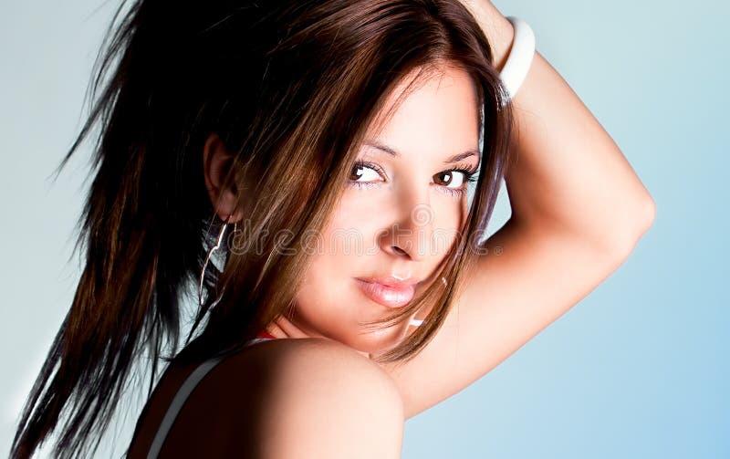 Het jonge mooie vrouw stellen stock afbeeldingen