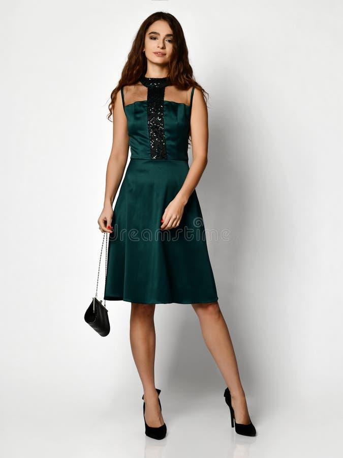 Het jonge mooie vrouw stellen in nieuw groen de kledings volledig lichaam van de manierwinter op een wit stock afbeeldingen