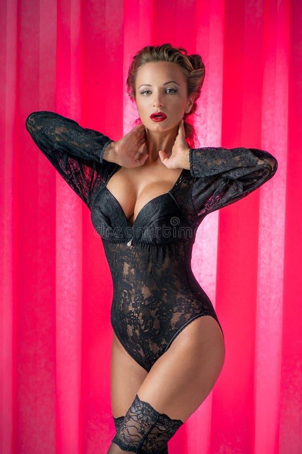 Het jonge mooie vrouw stellen in uitstekend ondergoed stock foto's