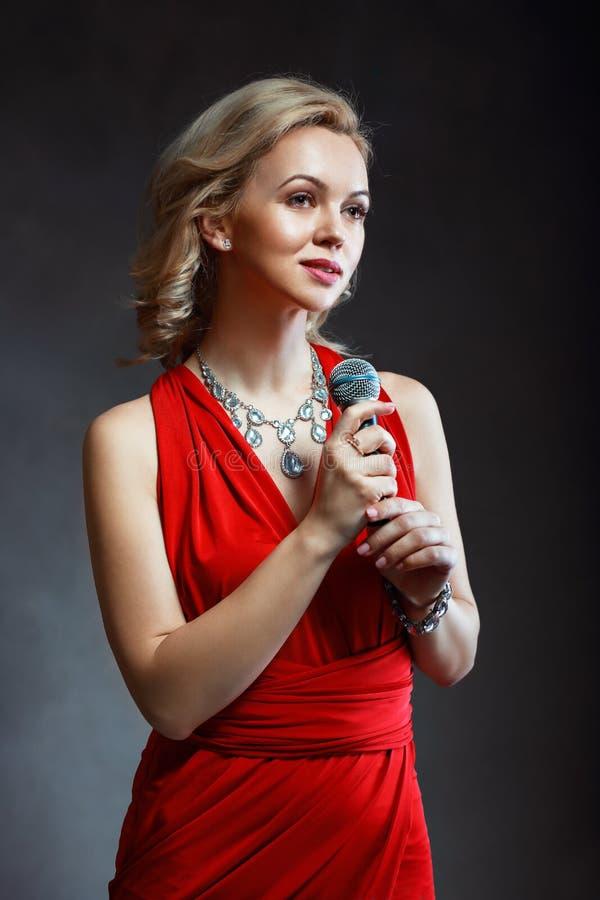 het jonge mooie vrouw zingen royalty-vrije stock foto