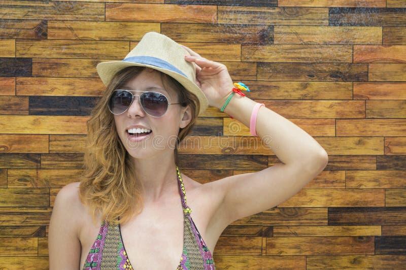Het jonge natuurlijke meisje stellen tegen een kleurrijke achtergrond royalty-vrije stock afbeeldingen