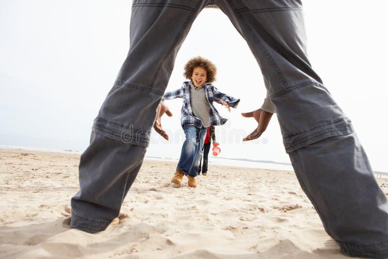 Het jonge Ontspannen van de Familie op de Kampeervakantie van het Strand stock foto