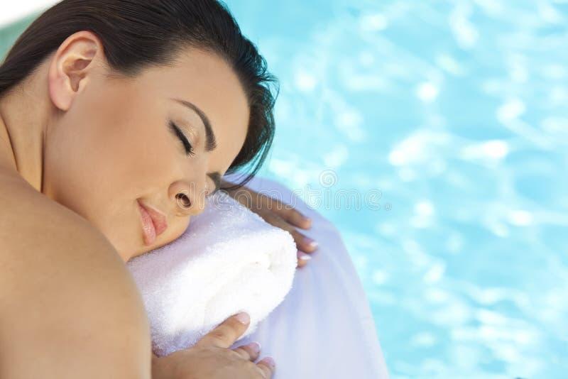 Het jonge Ontspannen van de Vrouw door Pool in Health Spa royalty-vrije stock afbeelding