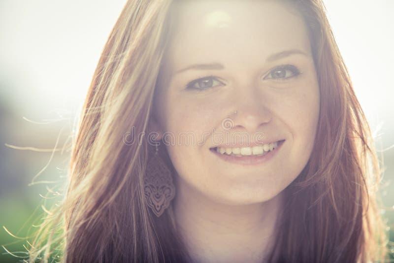 Het jonge openluchtportret van de roodharigevrouw stock fotografie