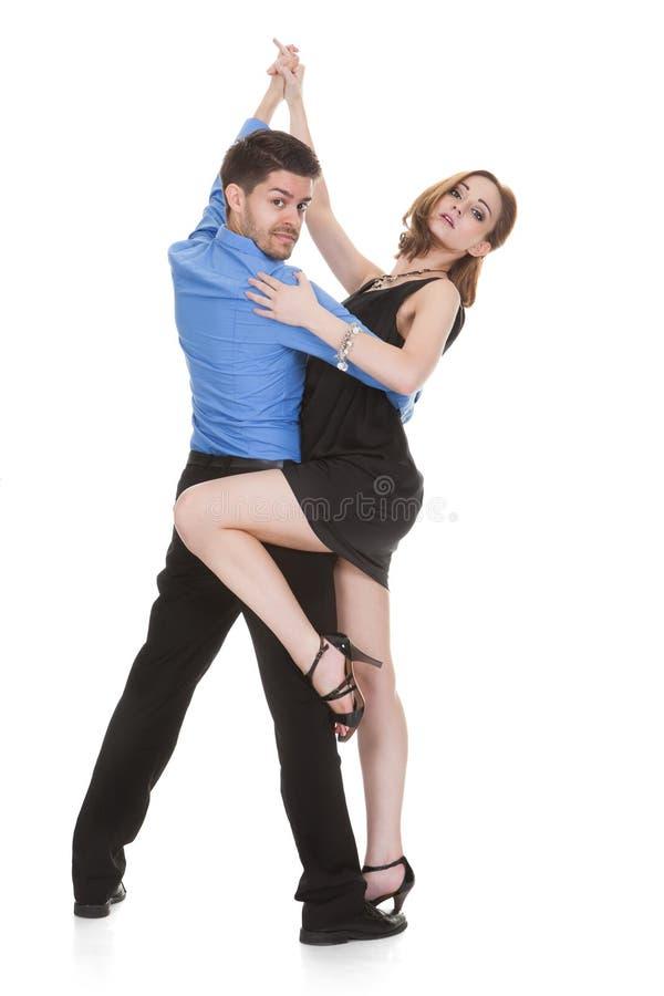 Het jonge paar dansen royalty-vrije stock afbeelding