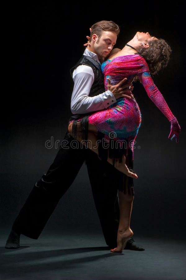 Het jonge paar dansen royalty-vrije stock fotografie