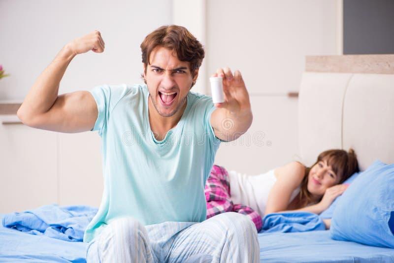 Het jonge paar in de slaapkamer stock foto's