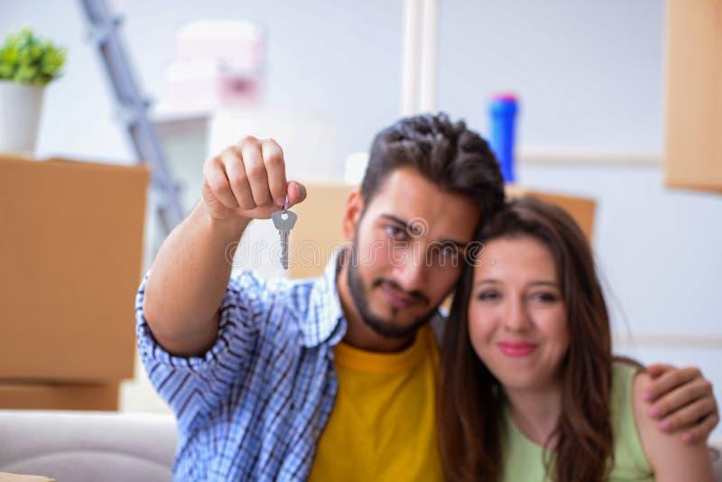 Het jonge paar die binnen tot nieuwe flat onder hypotheek leiden stock foto's