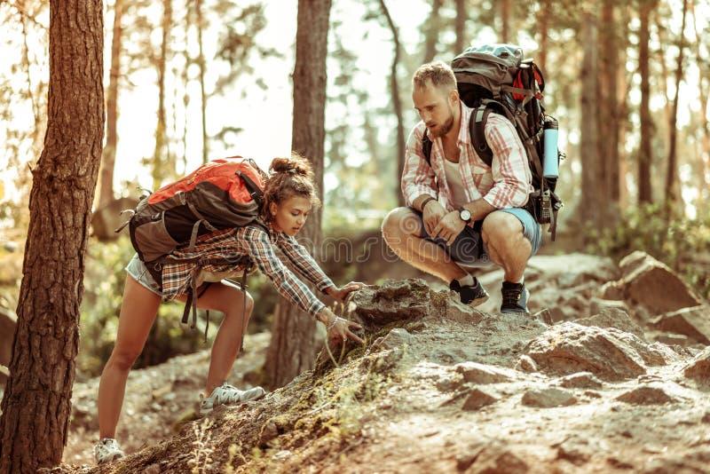 Het jonge paar die van Nice na het lopen worden vermoeid stock fotografie