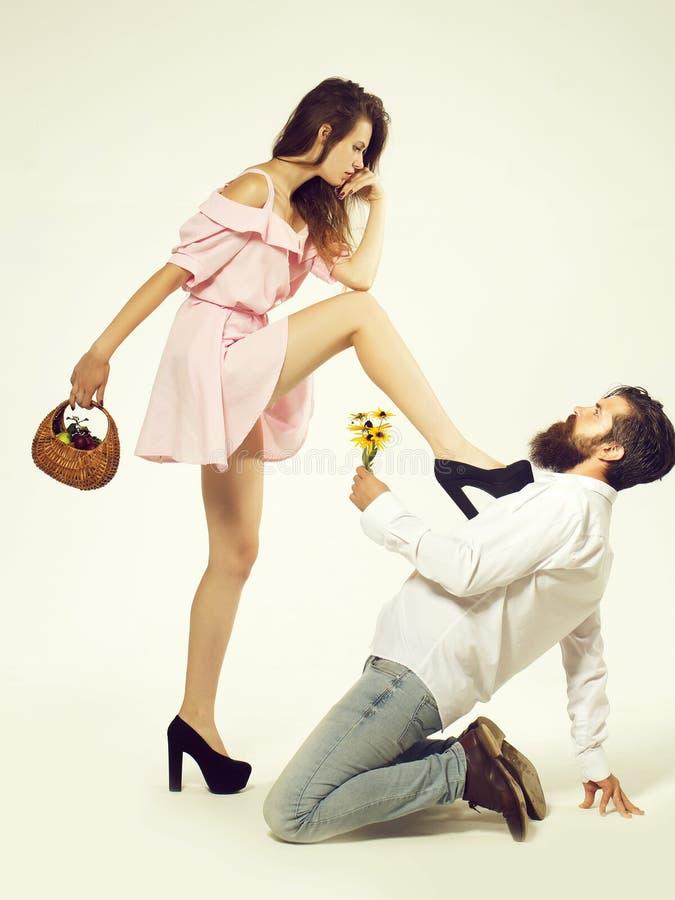 Het jonge paar doet voorstel met bloemen ge?soleerd royalty-vrije stock foto