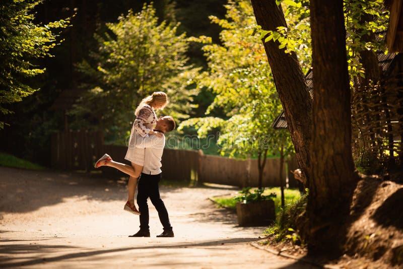 Het jonge paar in een traditionele Oekraïense kleding, heeft pret het besteden tijd in het Park stock afbeeldingen