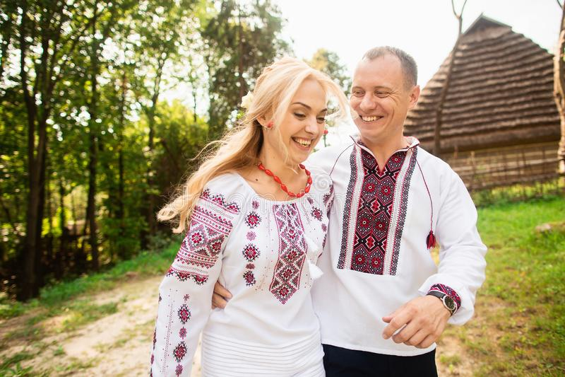 Het jonge paar in een traditionele Oekraïense kleding, heeft pret het besteden tijd in het Park royalty-vrije stock fotografie