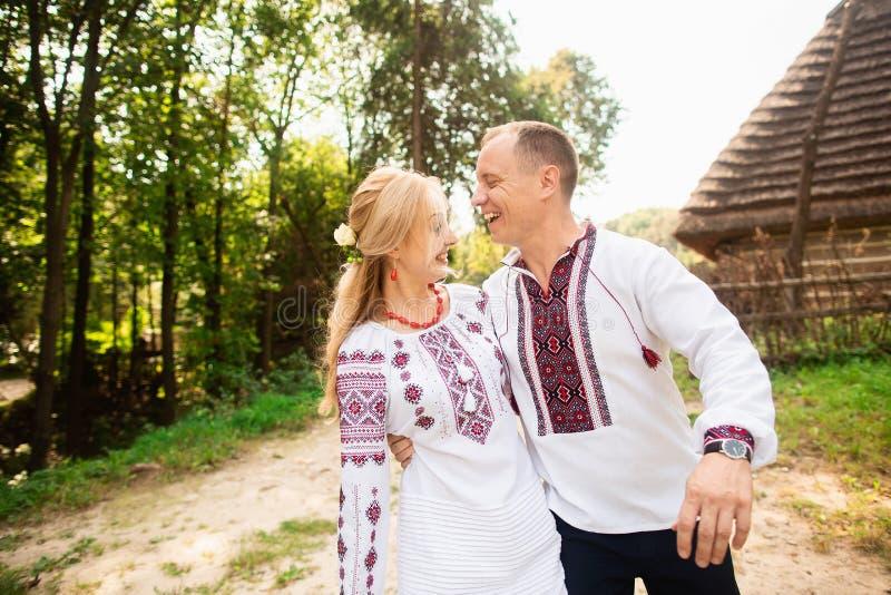 Het jonge paar in een traditionele Oekraïense kleding, heeft pret het besteden tijd in het Park royalty-vrije stock foto's