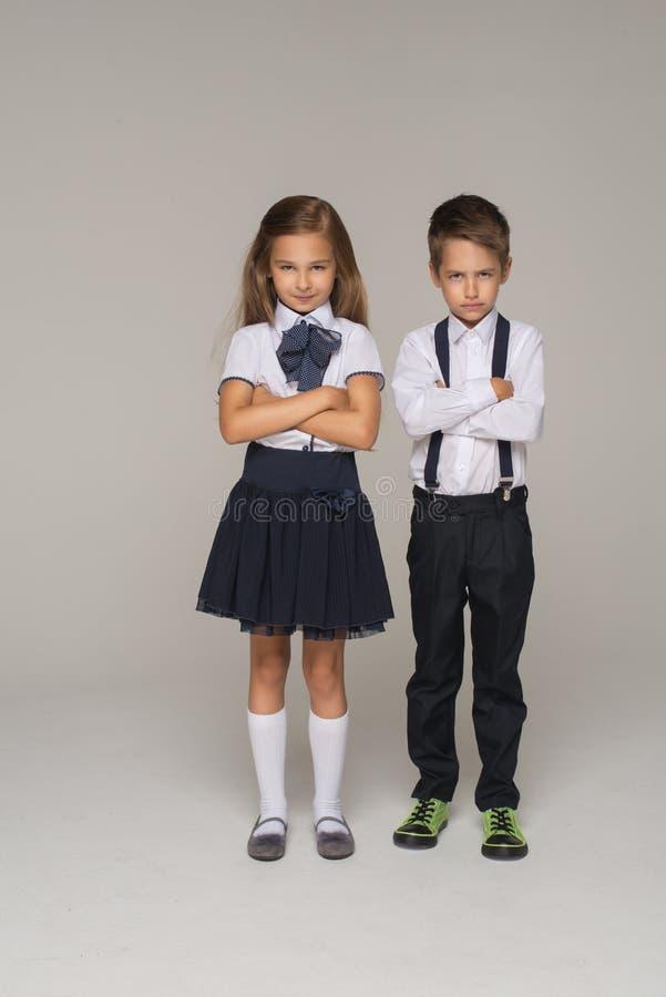 Het jonge paar gaat naar eerste dag van school stock foto's