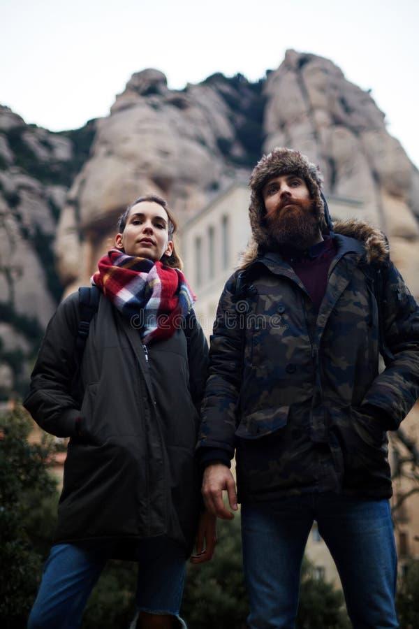 Het jonge paar gaat op een picknick in de bergen royalty-vrije stock afbeelding