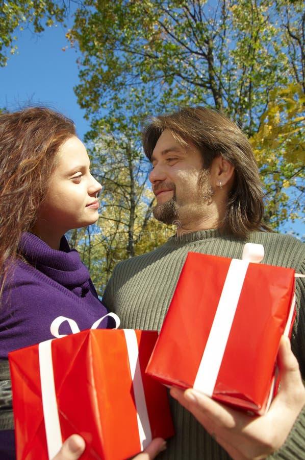 Het jonge paar geeft giften royalty-vrije stock fotografie