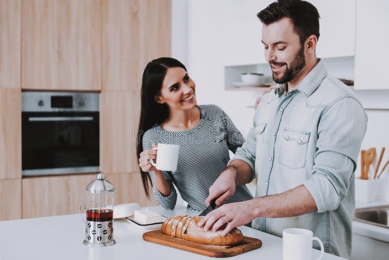 Het jonge Paar heeft Ontbijt in Moderne Keuken stock afbeeldingen