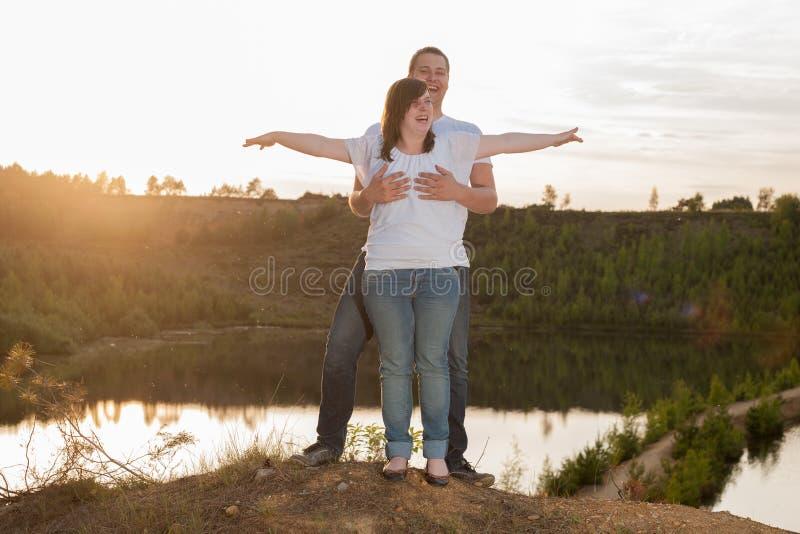 Het jonge paar heeft pret stock foto's