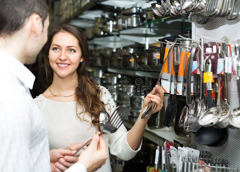 Het jonge paar kiest kokende werktuigen royalty-vrije stock afbeelding
