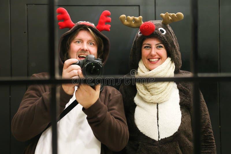 Het jonge paar kleedde zich omhoog als rendier twee die een selfie nemen stock afbeeldingen