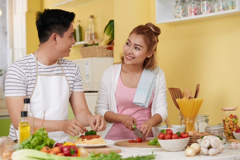 Het jonge paar koken royalty-vrije stock afbeelding