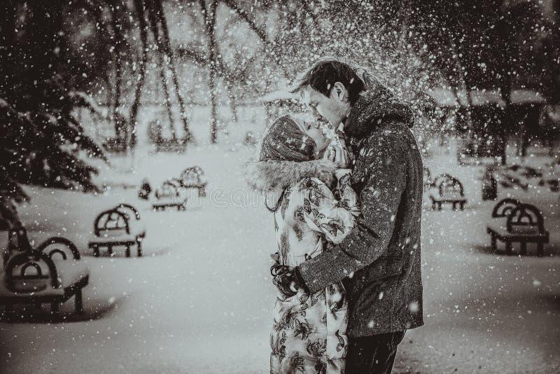 Het jonge paar kussen op sneeuw Rebecca 36 royalty-vrije stock afbeelding