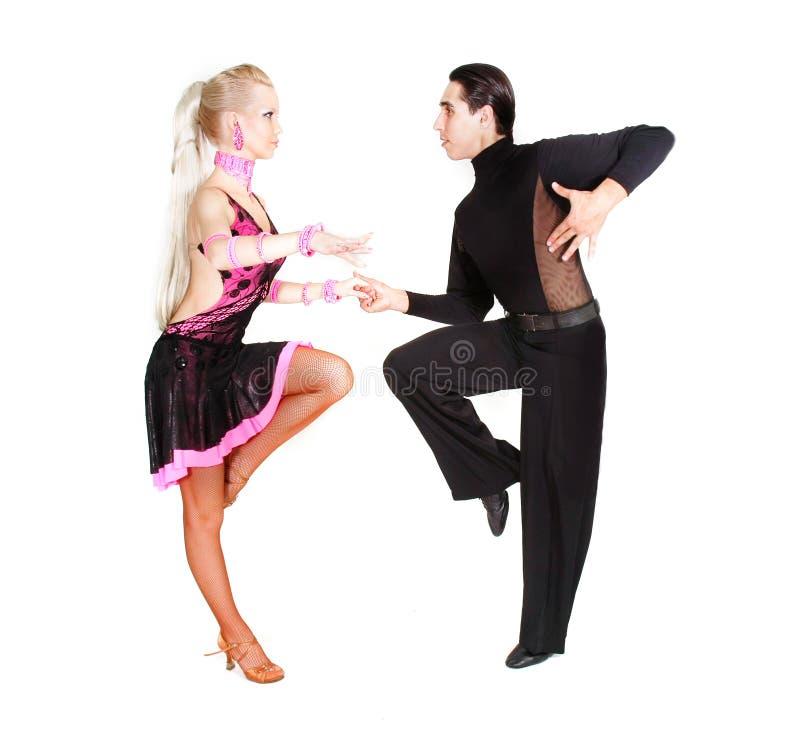 Het jonge paar latino dansen royalty-vrije stock fotografie