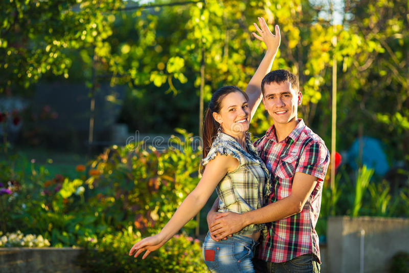 Het jonge paar in liefde heeft in openlucht pret Jonge mooie ma stock foto's