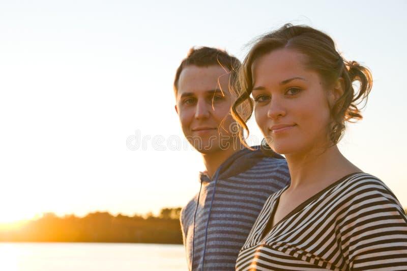 Het jonge paar loopt stock foto's