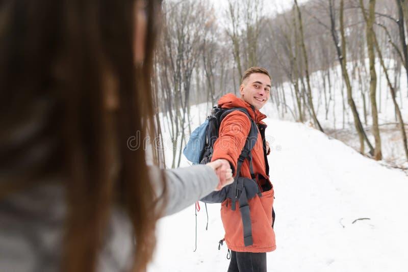 Het jonge paar lopen royalty-vrije stock fotografie