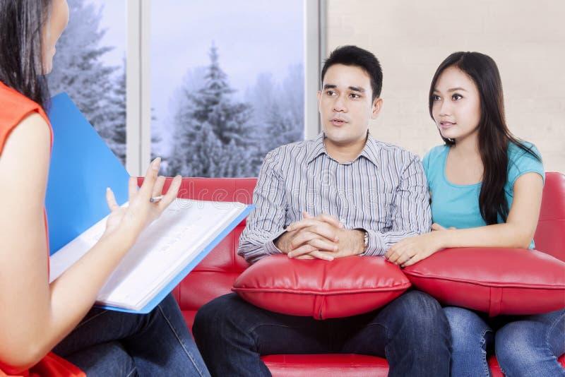 Het jonge paar luisterde aan de psychiater royalty-vrije stock afbeelding