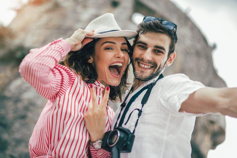 Het jonge paar maakt selfie samen en glimlachend stock foto