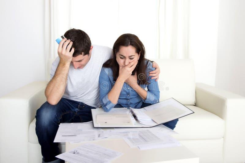 Het jonge paar maakte zich thuis in de bankbetalingen van de spanningsboekhouding ongerust stock afbeelding