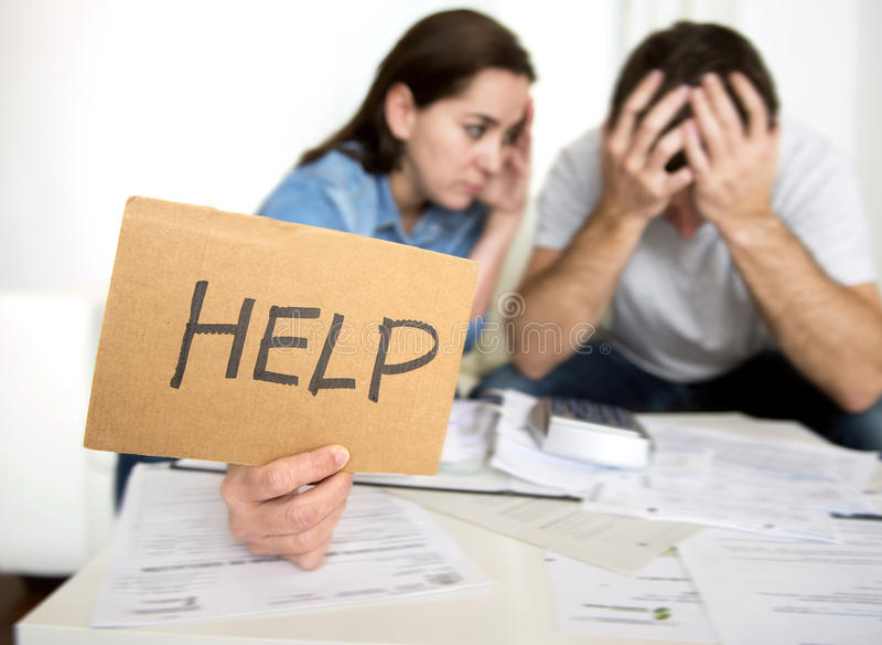 Het jonge paar maakte zich thuis in slechte financiële situatiespanning vragend ongerust om hulp stock afbeelding