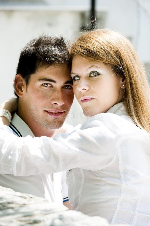 Het jonge paar omhelzen stock fotografie