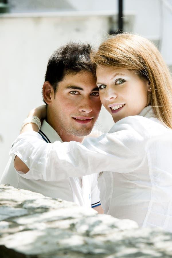 Het jonge paar omhelzen stock foto's