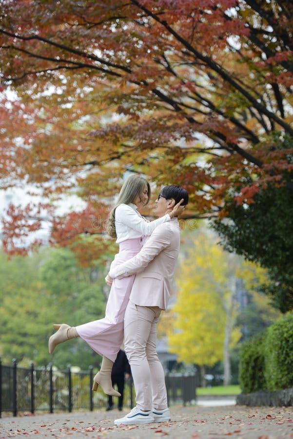 Het jonge paar ontspannen in de aard in openlucht en het joying in de herfst royalty-vrije stock fotografie