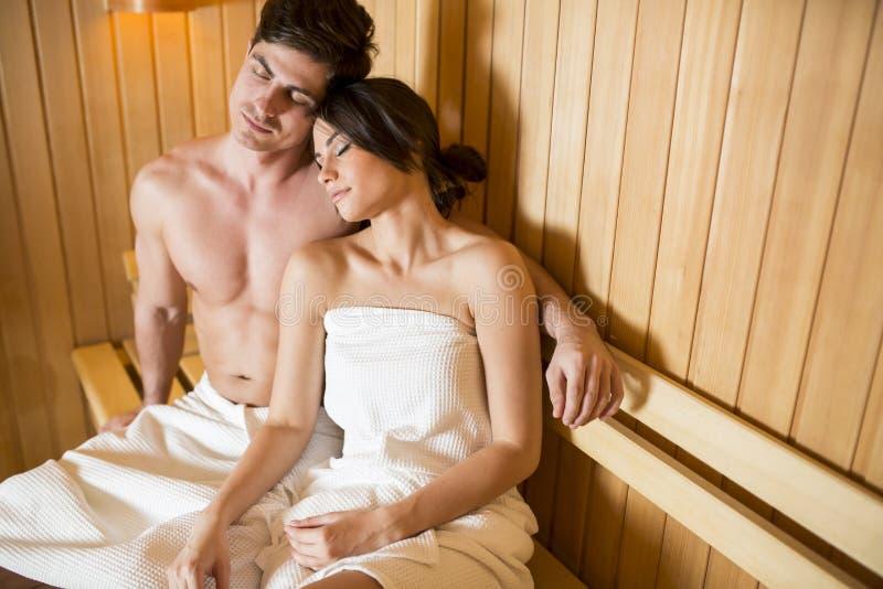 Het jonge paar ontspannen in de sauna stock afbeelding