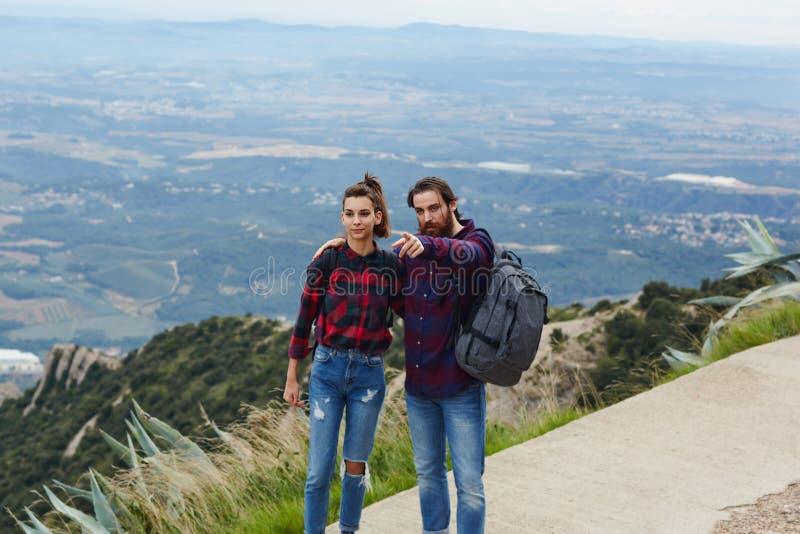 Het jonge paar ontspannen in het platteland in de bergen stock afbeelding