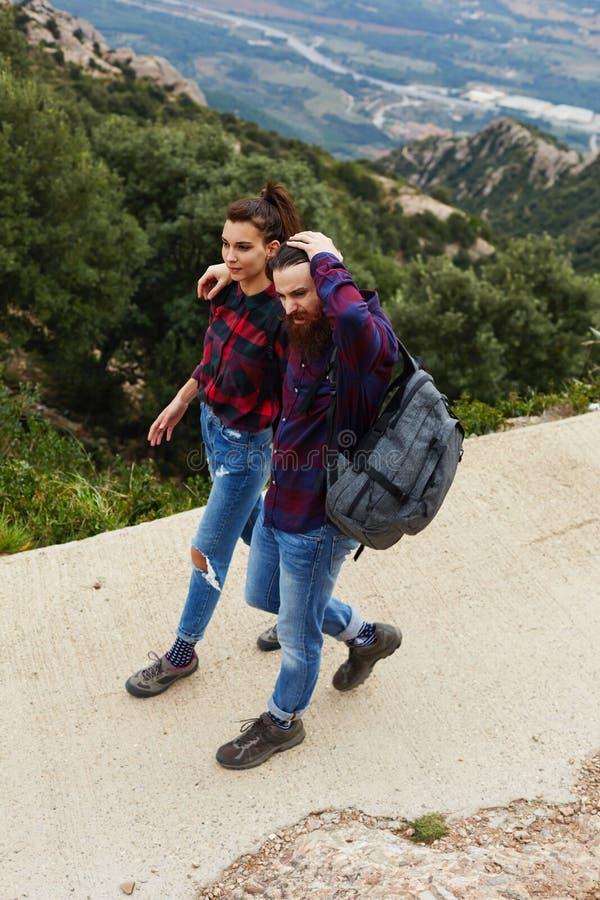 Het jonge paar ontspannen in het platteland in de bergen stock afbeeldingen