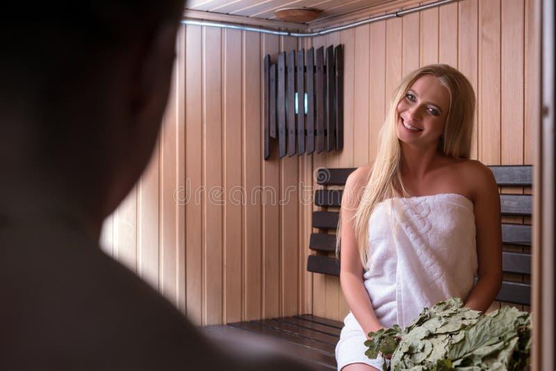 Het jonge paar ontspannen in sauna stock fotografie
