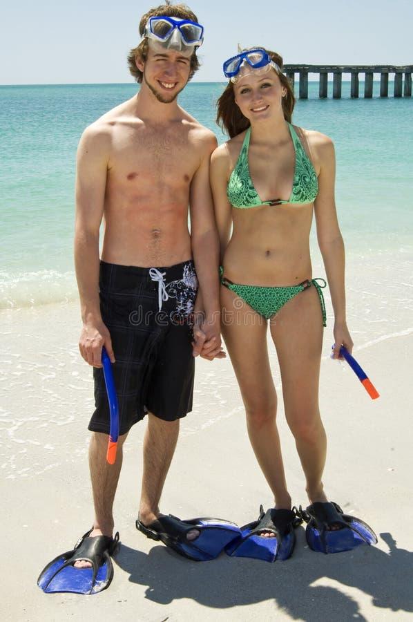 Het jonge paar op strand snorkelt stock foto's