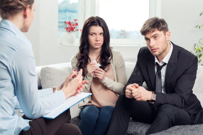 Het jonge paar raadpleegt bij de psycholoog royalty-vrije stock afbeelding